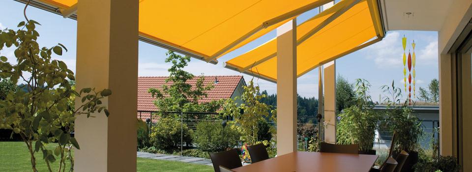 Gelbe Fallarm-Markise über Terrasse
