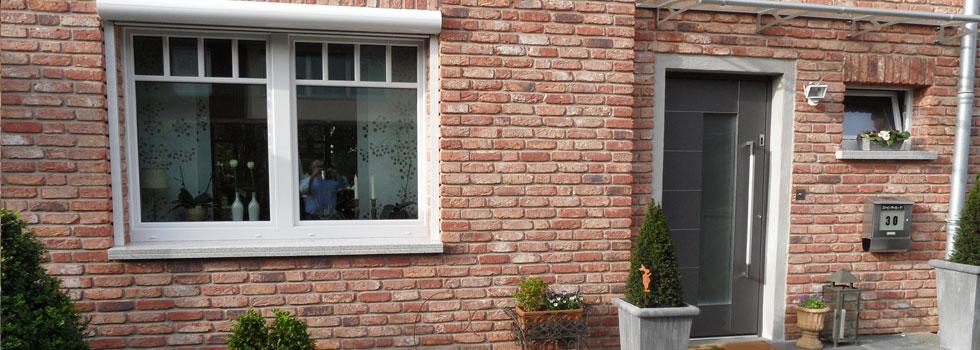 Das neue Fenster mit Rolllade und Haustüre von Roma