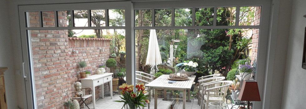 Blick durch die neuen Fenster und Türe auf die Terrasse