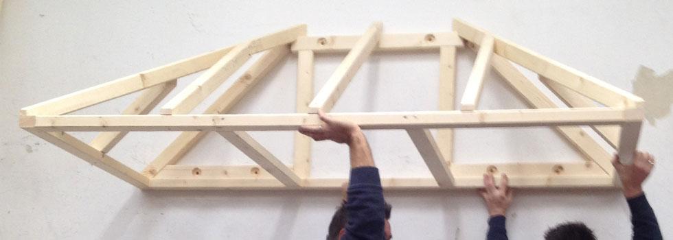 Anbringung der Holzkonstruktion für Vordach an Hauswand