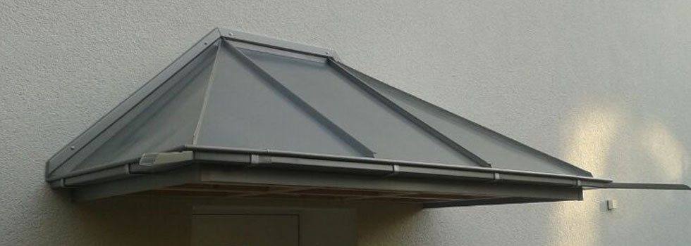 Bau eines Vordaches mit Stahldach