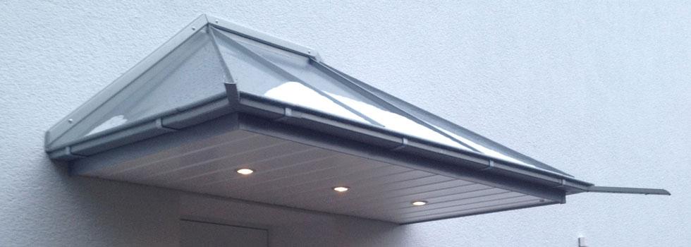 Bau eines Vordaches mit Stahldach und Glasverkleidung außen