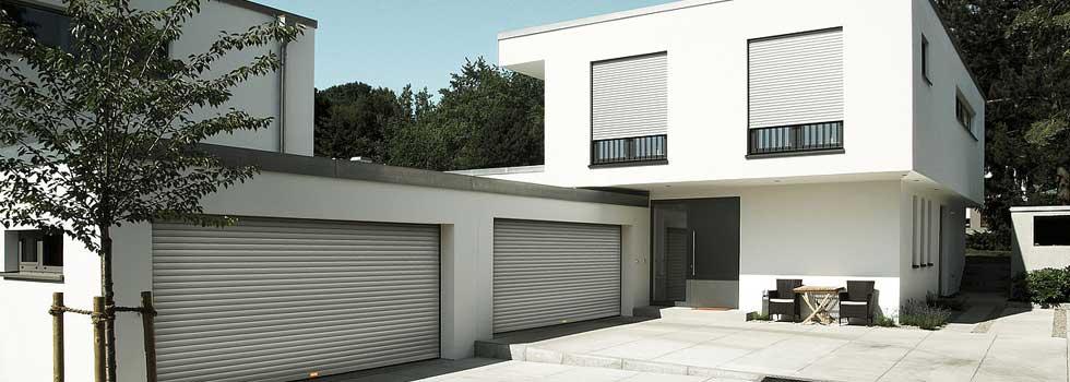 Hausabbildung mit Garage und Rolltoren von Roma, INTEGO, ROLENTO, Garagentore von Roma